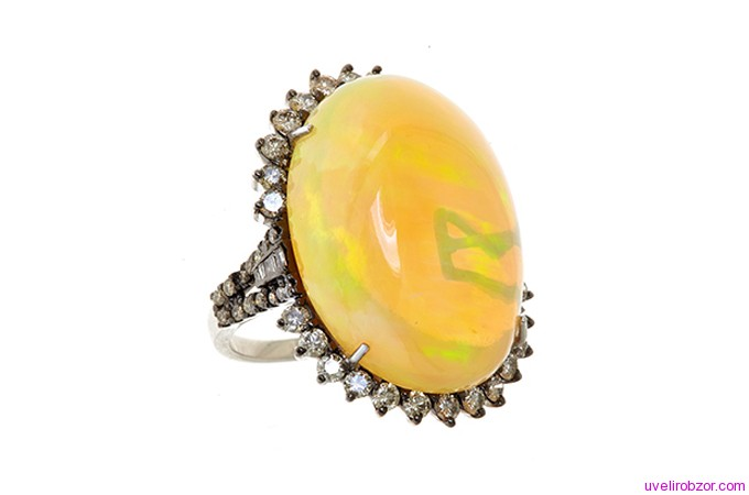 Кольцо с опалом и бриллиантами в оправе из золота 14 карат (цена $ 9950)